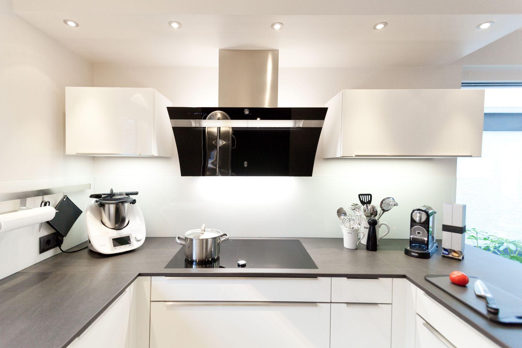 zeitlose h cker k che in wei mit granit arbeitsplatte und. Black Bedroom Furniture Sets. Home Design Ideas