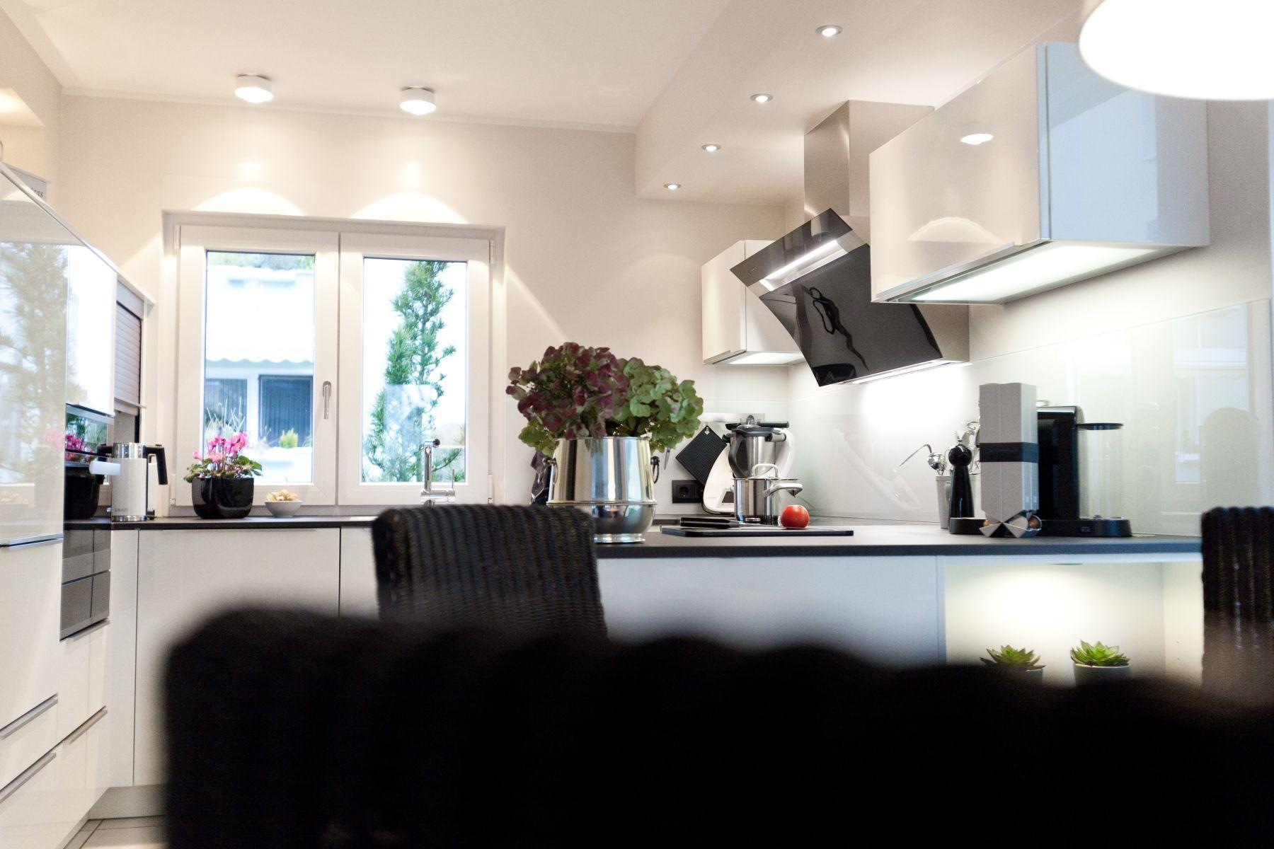 Zeitlose Häcker Küche in weiß mit Granit-Arbeitsplatte und ...