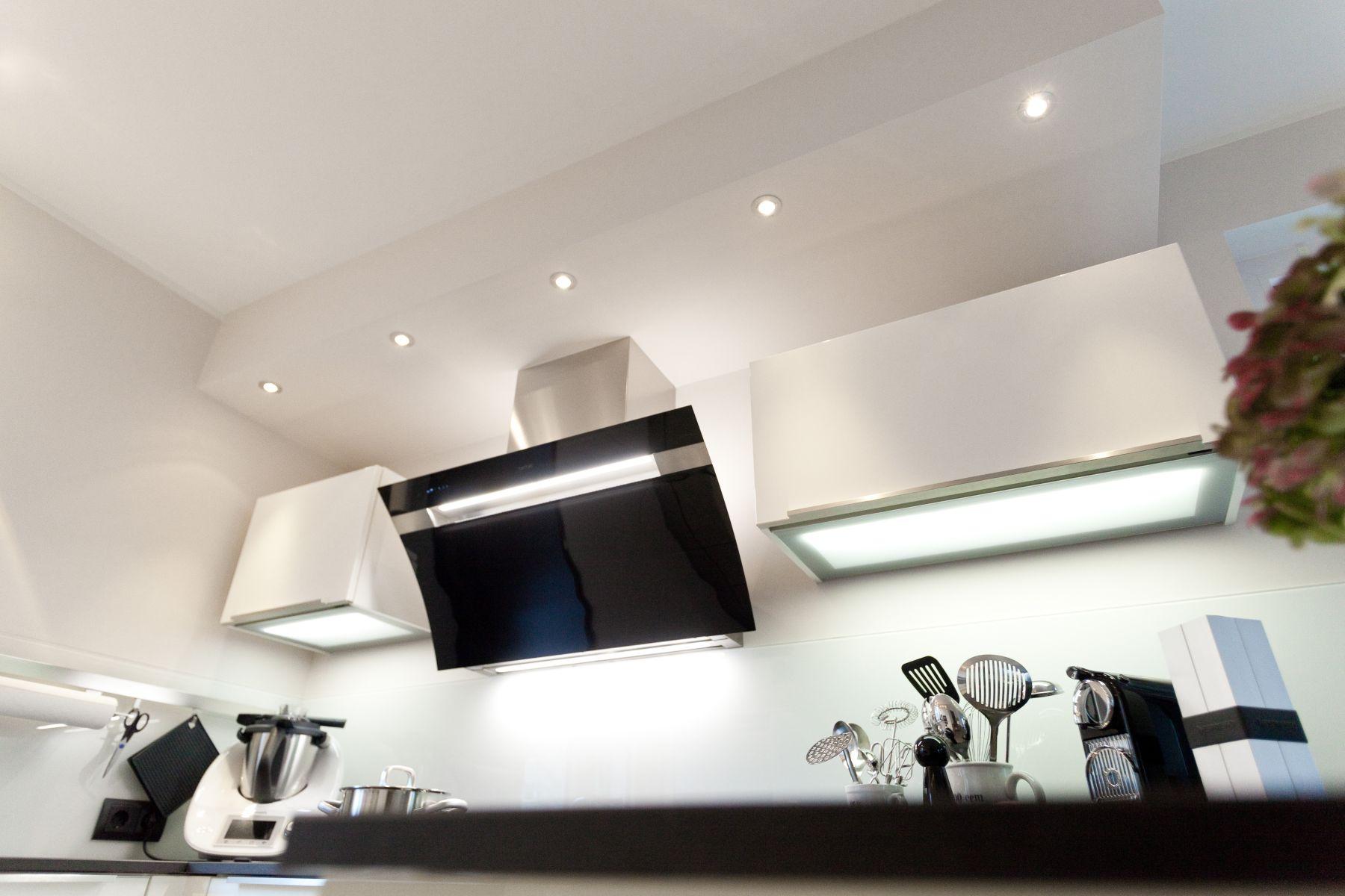 h cker k che in wei mit granit arbeitsplatte und berbel dunstabzug. Black Bedroom Furniture Sets. Home Design Ideas