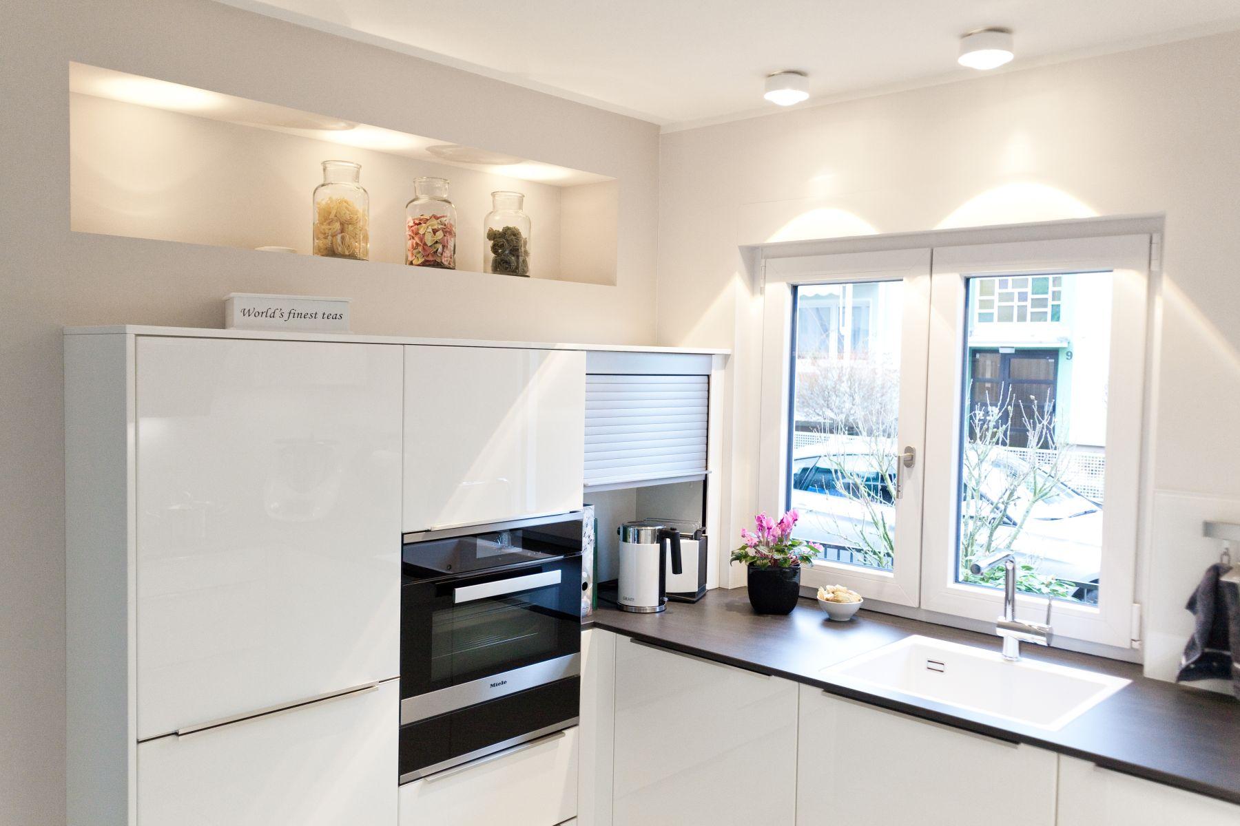Zeitlose Häcker Küche in weiß mit Granit-Arbeitsplatte und berbel ...
